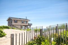 Пляжный домик и песчанные дюны на побережье Род-Айленда Атлантика стоковая фотография rf