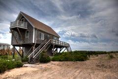Пляжный домик Род-Айленда и песчанные дюны на Атлантическом океане стоковые изображения rf