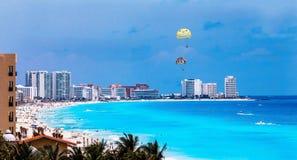 Пляжный комплекс Cancun с ладонями Стоковые Изображения RF