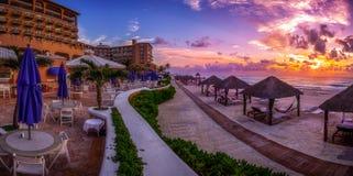 Пляжный комплекс Cancun с ладонями Стоковые Фото
