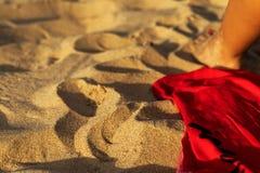 Пляжный полотенце с ногой ` s женщины с светом от солнца стоковое фото rf
