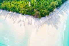 Пляж бирюзы песка рая взгляд сверху белый с ладонью кокоса t стоковое фото rf