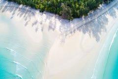 Пляж бирюзы песка рая взгляд сверху белый с ладонью кокоса t стоковые фотографии rf