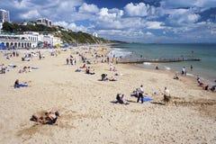 Пляж Борнмута при семьи ослабляя стоковая фотография