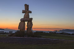 Пляж Ванкувер захода солнца Inukshuk каменный BC на заходе солнца Стоковое Фото