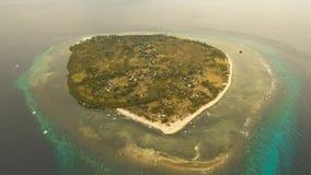 Пляж вида с воздуха красивый на тропическом острове Филиппины, Pamilacan стоковое фото rf