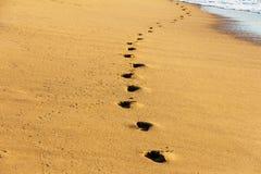 Пляж, волна и шаги стоковое изображение rf