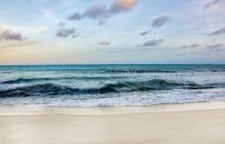 Пляж во времени захода солнца Стоковые Изображения