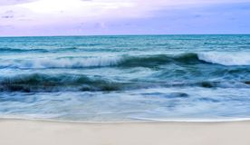 Пляж во времени захода солнца Стоковое Фото