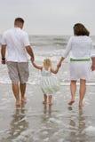 пляж вручает удерживание Стоковые Фото
