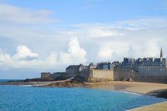 Пляж в городке St Malo старом, Бретан, Франции Стоковое фото RF