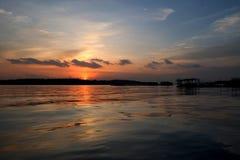 Пляж в золотом солнечном свете Стоковые Фотографии RF