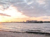 Пляж города на речном береге Стоковое Фото