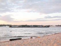 Пляж города на речном береге Стоковая Фотография
