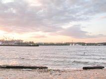 Пляж города на речном береге Стоковое фото RF