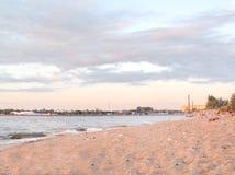 Пляж города на речном береге Стоковое Изображение
