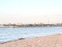 Пляж города на речном береге Стоковые Фотографии RF