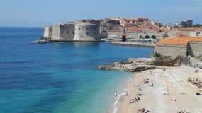 Пляж гостиницы Хорватии Дубровника в городке стоковые фотографии rf
