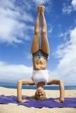 пляж делая йогу женщины стоковое изображение