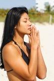 пляж делая йогу женщины Стоковые Изображения
