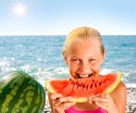 пляж есть арбуз seashore девушки Стоковое Изображение