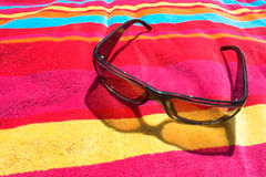 пляж затеняет полотенце Стоковые Фото