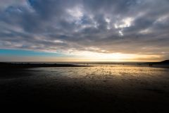 Пляж захода солнца на острове вэльсе Барри Стоковое Фото