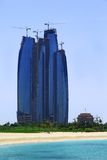 пляж за башнями etihad здания Стоковое Изображение