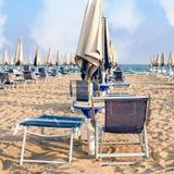 Пляж зонтика для ослаблять и пляжа солнца установленный Стоковые Изображения RF