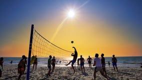 пляж играя волейбол Стоковая Фотография RF