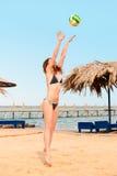 пляж играя волейбол Стоковые Изображения RF
