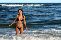 пляж играя детенышей женщины волн Стоковое Фото