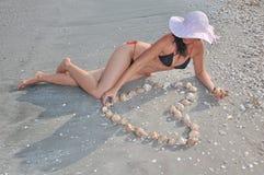 пляж играя женщину стоковое фото rf