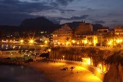 Пляж и город ночи в Испании Стоковое фото RF
