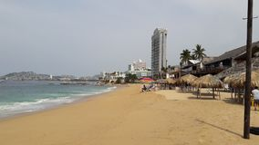 Пляж и гостиница Акапулько на дне стоковое фото rf