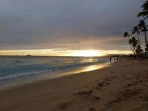 пляж и заход солнца в Гаваи стоковое изображение