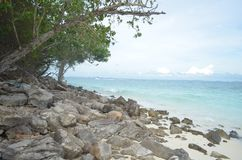 Пляж и камень Стоковые Изображения