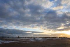 Пляж и море против cloudly неба в зиме стоковая фотография rf