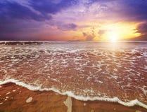 Пляж и море с небом сумерек стоковое изображение rf