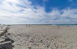 Пляж и прогулка - Saintes Maries de Ла Mer - Camargue Провансаль - Франция стоковое фото
