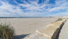 Пляж и прогулка - Saintes Maries de Ла Mer - Camargue Провансаль - Франция стоковое изображение rf