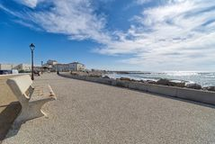 Пляж и прогулка - Saintes Maries de Ла Mer - Camargue Провансаль - Франция стоковые изображения