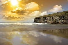 Пляж и скалы Ballybunion с атлантическим заходом солнца Стоковое Изображение RF