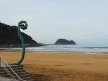 Пляж и скульптура Zarautz в северной Испании стоковое фото