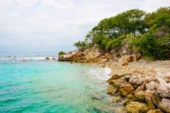 Пляж и тропический курорт, остров Labadee, Гаити Экзотический одичалый пляж с ладонью и кокосовыми пальмами против голубого неба  стоковые изображения
