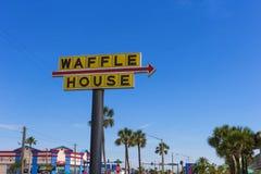 Пляж какао, ФЛОРИДА, США - 28-ое апреля 2018: Дом Waffle знака против голубого неба стоковые фотографии rf