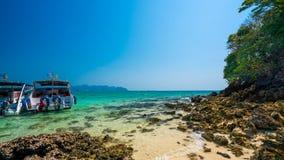 Пляж камня моря шлюпки перемещения стоковые фото