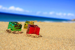 пляж кладет подарок в коробку рождества Стоковая Фотография