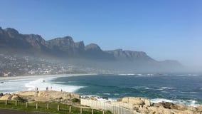 Пляж Клифтона с горной цепью 12 апостолов в Кейптауне Стоковые Фотографии RF