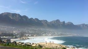 Пляж Клифтона с горной цепью 12 апостолов в Кейптауне Стоковая Фотография RF